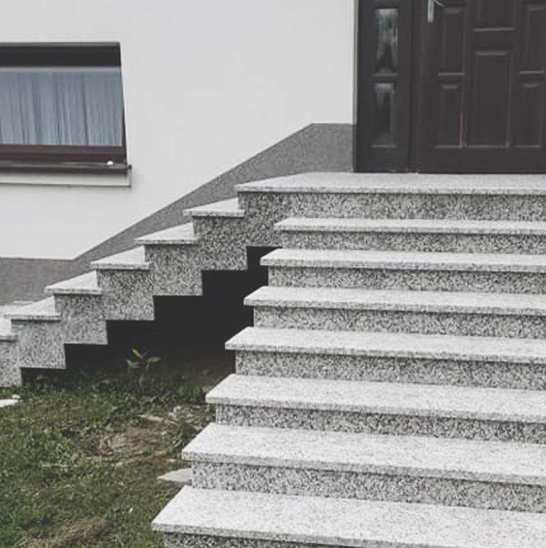 granitowe schody ze szklaną balustradą